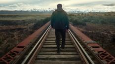 Départ d'un voyageur solitaire vers des terres lointaines