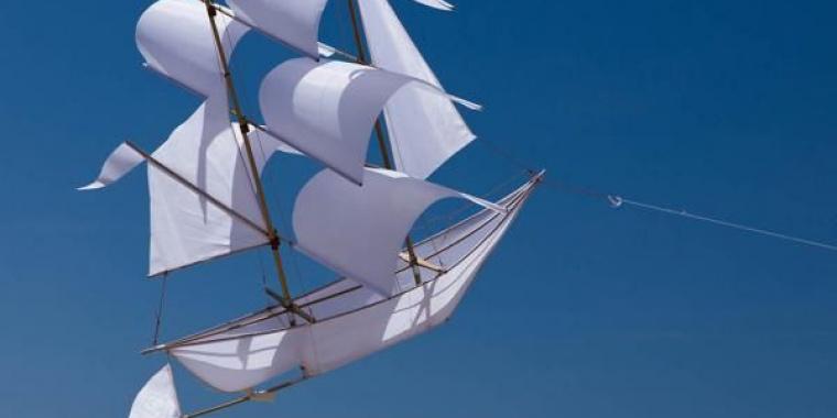 Un blanc bateau en partance Le début d'une longue errance Un constat de longue souffrance