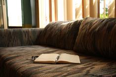 écrivain dans son canapé sur mbs