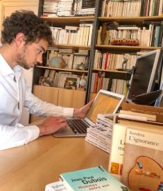 Pierre Manzon-Jolyon sur son bureau