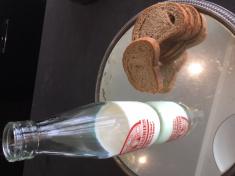 « du pain croustillant et un cruchon de lait frais sorti du cellier. »